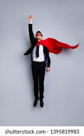 In voller Länge Körpergröße Foto springen hoch er sein er ich rette Welt Ausdruck Kostüm Flug nach oben Faust erhöht Superman Pose Stimmung tragen formelle Kleidung weißes Hemd Anzug Jacke Krawatte isoliert grauen Hintergrund