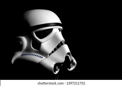 Casque Stormtrooper avec fond noir