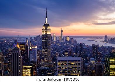 New York City mit Wolkenkratzern bei Sonnenuntergang