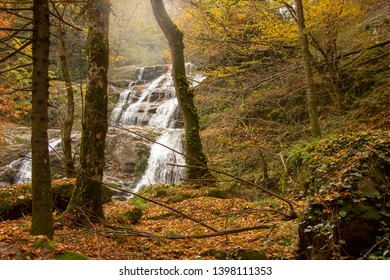 Wasserfall im Herbst. Wasserfall fließt im Fluss im Wald. Bursa, Türkei