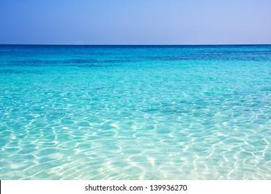 Cielo azul y el fondo del mar. Islas Similan, Phuket, Tailandia