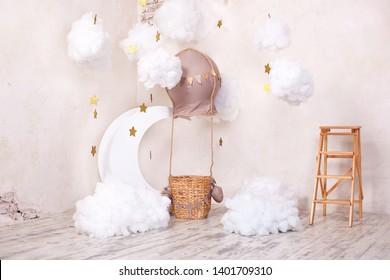 Elegante habitación vintage para niños con nubes de globo, globo y textil. Ubicación de los niños para una sesión de fotos: aerostato, globo y nubes. Lugar para un sueño. Pequeño viajero y piloto. decoración