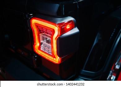 LED-Rücklicht des modernen Geländewagens