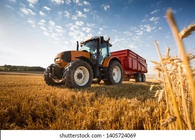 Ein Traktor während der Ernte