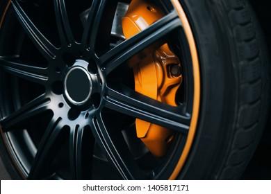 Auto remsysteem. Rem voor voorwielsteun van sportwagen