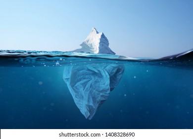 Iceberg: bolsa de plástico con vista debajo del agua. Contaminación de los océanos. Contaminación ambiental de bolsas de plástico con iceberg.