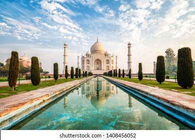 Taj Majal al amanecer en Agra, India.