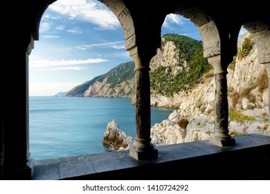 Columnas de la famosa Iglesia gótica de San Pedro (Chiesa di San Pietro) con hermosos paisajes costeros en el pueblo de Porto Venere en la costa de Liguria, en el noroeste de Italia
