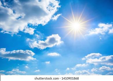 夏の背景、明るい太陽と雲と素晴らしい青い空