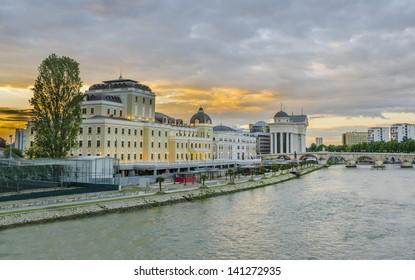 Beau lever de soleil sur le musée, le pont de pierre et la rivière Vardar à Skopje, Macédoine