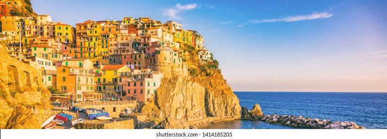 Italia viajar Cinque Terre naturaleza paisaje famoso pueblo de Manarola en el mar Mediterráneo. Panorama turístico famoso de la bandera del destino europeo.