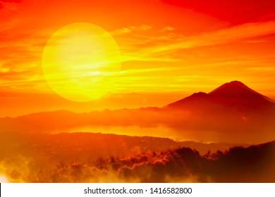 Afrikansk landskap med fjellsilhuetter og solnedgang
