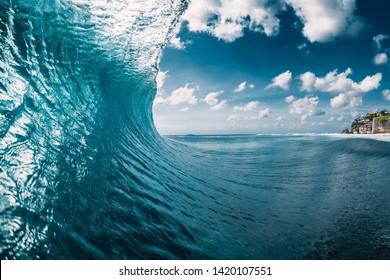 海のバレル波。青い波を壊す