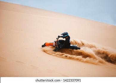 Motociclista en una motocicleta de cross-country ir rápido en el desierto