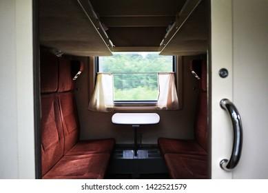 寝台車のある電車の内部。