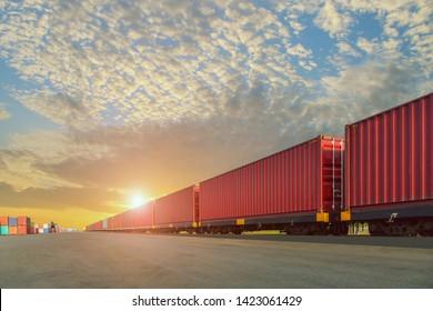 貨物コンテナ、輸送、出荷の貨物列車のインポート夕焼け空の背景にエクスポート