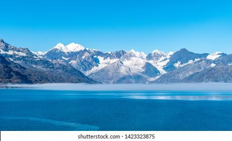 Gletscherbucht-Nationalpark, Alaska. Spektakuläre Aussicht auf eisbedeckte / schneebedeckte Berge, Gletscher und Wildtierlandschaften. Absolut atemberaubende natürliche, unberührte, ruhige Naturansichten.