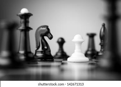 黑色棋盤上的棋子包圍的白色棋子