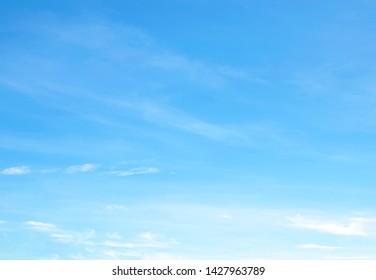 空は大きく、明るく、美しく、白い雲があります。