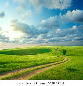 緑の草、道路、雲と夏の風景