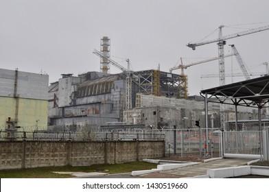 Reaktor číslo čtyři ve starém sarkofágu v Černobylu na Ukrajině