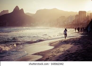 Blick auf Ipanema Beach am Abend, Brasilien