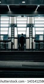 不吉な建物に歩いてビジネスマン