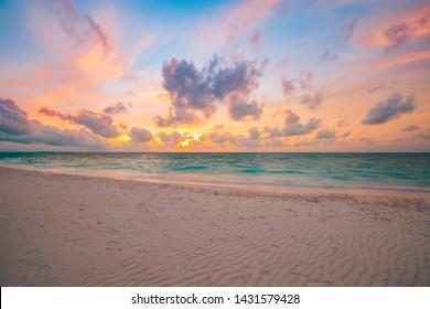 Meersandhimmelkonzept, Sonnenuntergangsfarbenwolken, Horizont, horizontales Hintergrundfahne. Inspirierende Naturlandschaft, schöne Farben, wundervolle Landschaft des tropischen Strandes. Strand Sonnenuntergang, Sommerferien
