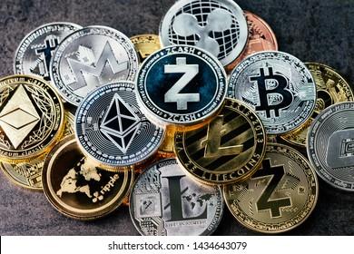 Crypto-valuta-achtergrond met verschillende glanzende zilveren en gouden fysieke cryptocurrencies symboolmunten, Bitcoin, Ethereum, Litecoin, zcash, rimpel.