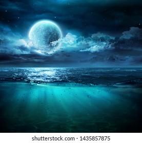 Mond auf See in magischer Nacht mit Unterwasserszene