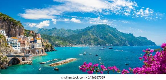 Landschaft mit Atrani Stadt an der berühmten Amalfiküste, Italien