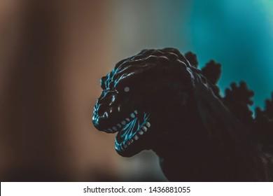 Japans Godzilla-speelgoed Gojira-monsterkoning in de kleuren blauwgroen en oranje van dichtbij