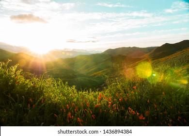Colores de fondo de las colinas de California Lake Elsinore Hills Verde, colorido y lleno de vida