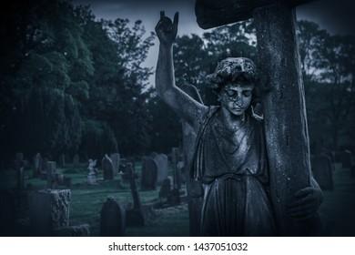Krankhafte weinende Engelsstatue im alten Friedhof Großbritannien