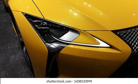 Nahaufnahme gelbes Superauto-Hauptlicht,