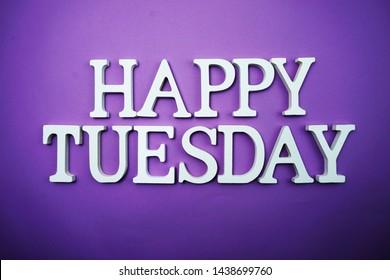Happy Tuesday Holzbuchstaben Alphabet auf lila Hintergrund