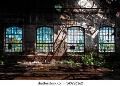 明るい光で放棄された工業用インテリア