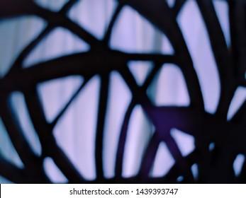 Verschwommener abstrakter lila Hintergrund mit dunklem Schilf wie miteinander verbundene Silhouettenmuster, die von hinten beleuchtet werden. Geheimnisvoll und leicht unheimlich.