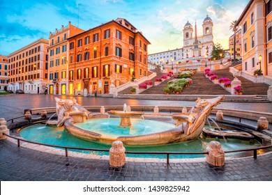 イタリア、ローマのスペイン広場。朝のスペイン階段。ローマの建築とランドマーク。