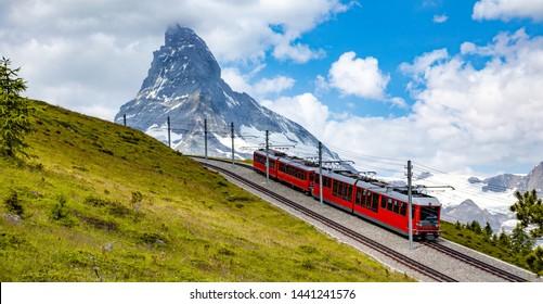 Belleza suiza, vista al cremallera bajo el impresionante Matterhorn, Zermatt, Valais, Suiza, Europa