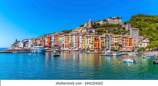 Ein Panoramablick über den Hafen von Porto Venere, Italien von einem Boot im Sommer
