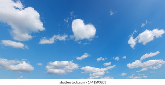 hartsymbool vorm wolk boven blauwe panoramische hemel. liefde thema achtergrond. hoge resolutie