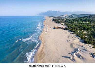Patara (Pttra) Strand. Schöner sehr dünner Sand und am türkisfarbenen Meer, toller Ort für Urlaub. Luftaufnahmen. Kalkan, Antalya TÜRKEI