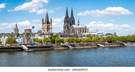 El horizonte de la ciudad de Colonia en verano a lo largo del río Rin, Renania del Norte-Westfalia, Alemania