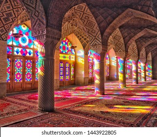 Luz de la vidriera de la mezquita Nasir al-Mulk en Shiraz, Irán