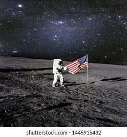 Der amerikanische Astronaut landete und setzte seine Nationalflagge auf den Planeten. Raumfahrer erforschen unbekannten Planeten. Weltraum. Elemente dieses Bildes von der NASA eingerichtet