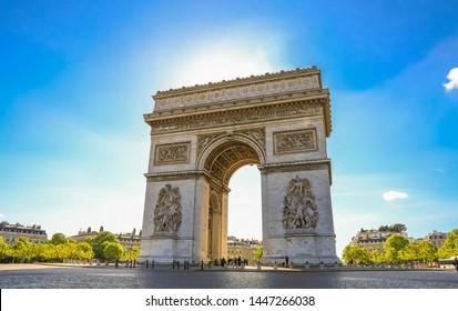 Schöne Aussicht auf den Arc de Triomphe de l'Étoile, eines der berühmtesten und beliebtesten Denkmäler in Paris. Die beiden Säulen an der Westfassade zeigen die Skulpturen La Paix und La Résistance von Antoine Étex.