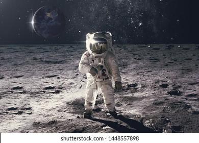 Astronaut auf Felsoberfläche mit Weltraumhintergrund. Elemente dieses Bildes von der NASA eingerichtet