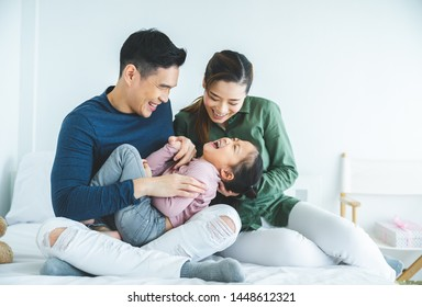 娘が家で遊んでいる幸せな家族と家族のための週末