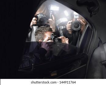 車の窓から写真を撮るパパラッチ